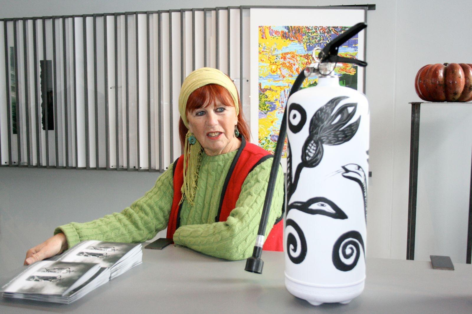 Konstnären Ulrika Hydman-Vallien har formgett brandsläckare-