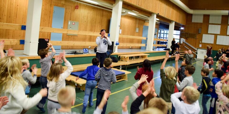 Pidde P fick hela sporthallen i gungning när han besökte Borrby skola i tisdags.