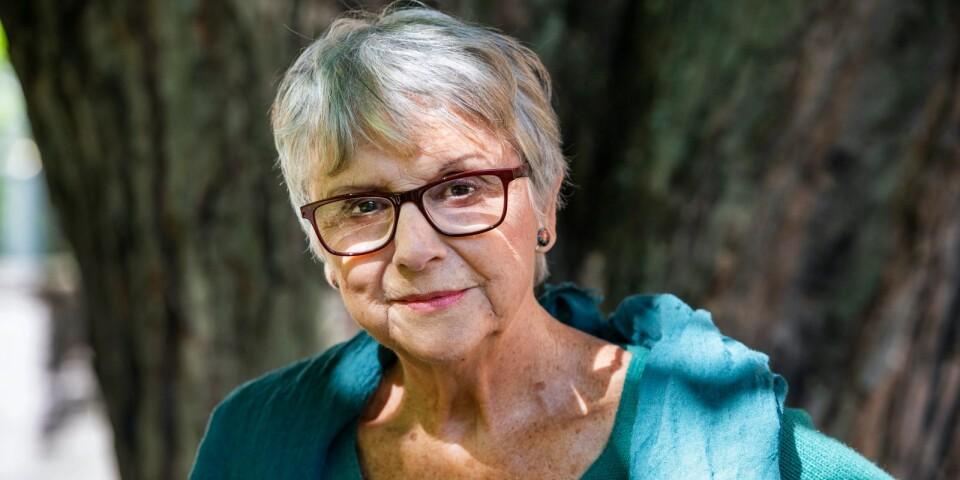 """Patricia Tudor-Sandahl tillbringar en stor del av året i sitt hus i Vitemölla, där också delar av hennes nya bok """"Mer levande med åren"""" har vuxit fram. Från början var det bara spridda tankar kring både den tid som har gått och den tid som är, men efter ett tag insåg hon att det var en bok som hon jobbade på. Nu säger hon att det nog är hennes sista."""