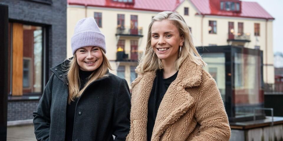 Lone Wåxnär och Hanna Forssell-Bäckstrand spelar revy i Osby.