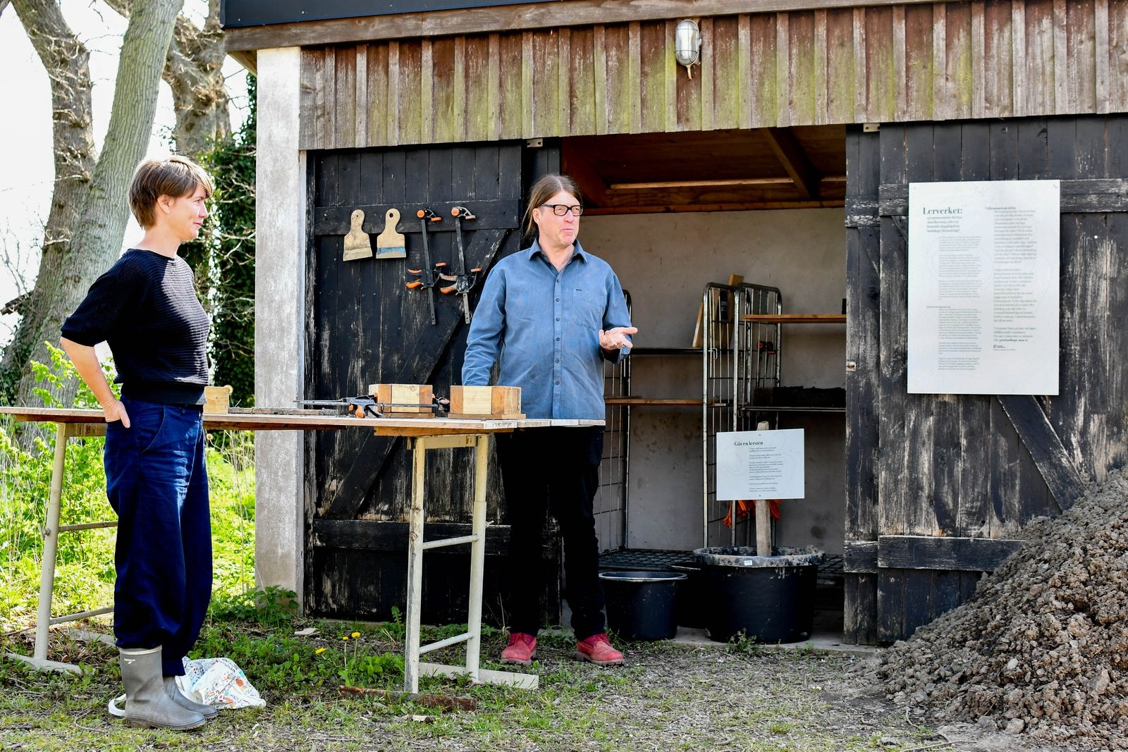 """Minnesmärke eller framtida slagghög? Malmö Universitet K3:s bidrag till Årets Art walk består av ett interaktivt lerverk som är en del av det större projektet """"Hopp & Sorg i Omställning"""". Passerande inbjuds att stanna till för att tillverka en lersten. """"Leran kommer från Bondrum och innehåller potentiellt både rester från en lokal by som jämnades med marken för snart 150 år sedan och vanadin, ett material EU har klassificerat som viktigt för framtiden"""" berättar Kristina Lindström."""