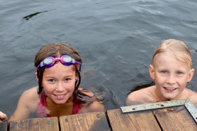 Varmare i vattnet än på land när Högsbybarn lär sig simma