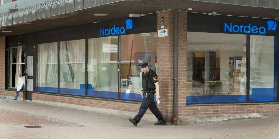 Nordea i Olofström utsattes för ett väpnat rån för snart tio års sedan. En polis undersöker området efter rånet.