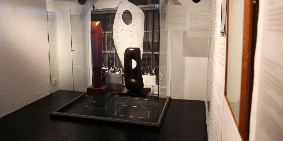 """Dag Hammarskjölds intresse för konst och design uppmärksammas i säsongens utställning """"Linjens lätta böjning""""."""