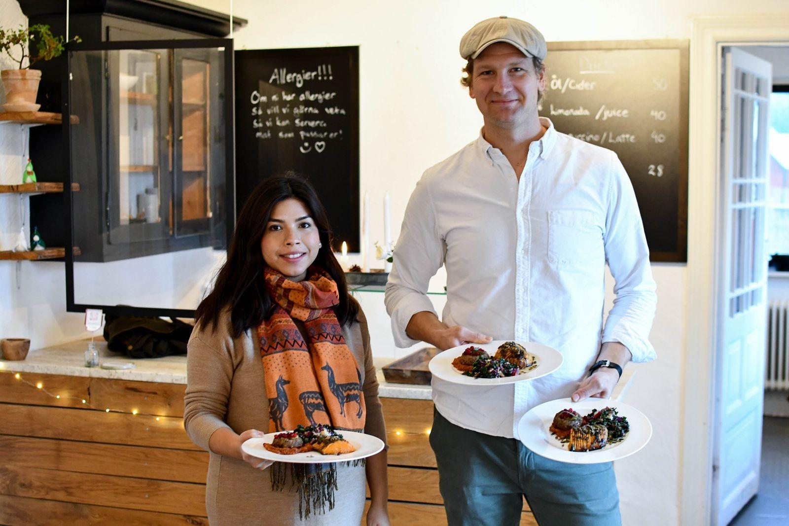 """Giovanna och Jon Lindberg drivs av en stor passion för matlagning och smaker. """"Vi gör mat vi själva älskar och den utvecklas med oss"""" säger Giovanna. Hennes peruanska rötter och Jons många år på resande fot gör avtryck i köket, där paret skickligt kombinerar smaker från hela världen i nya, spännande rätter."""
