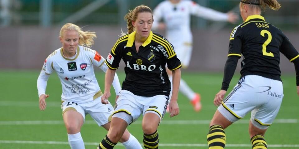 AIKs Jennie Nordin med Rosengårds Ebba Wieder bakom sig under söndagens damallsvenska fotbollsmatch mellan AIK och FC Rosengård 2015.