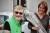 Elisabeth Broberg vid den dagliga verksamheten aktivitetshuset Kamgarn gratuleras av verksamhetschefen Charlotte Dahl, efter att ha tagit emot utnämningen Årets aktivist.