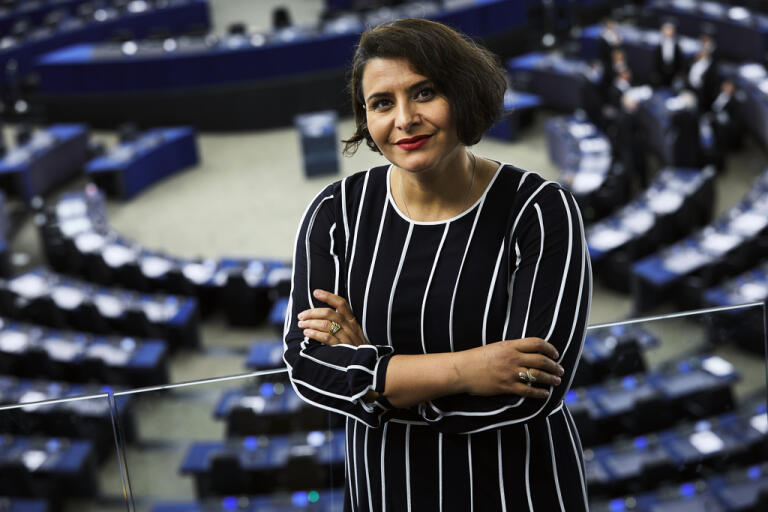 Abir Al-Sahlani (C) i EU-parlamentet. Arkivbild.
