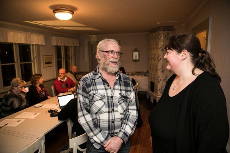 Köttproducenten Evald Palmer i samspråk med Annicka Gunnarsson under förmötet.