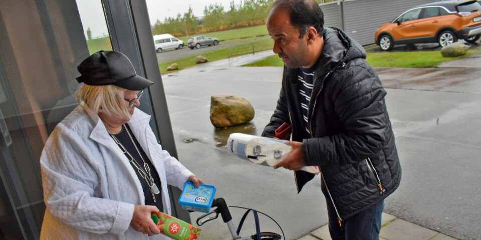Loui Alkafri, volontär, hjälper Alice Östberg med att handla.