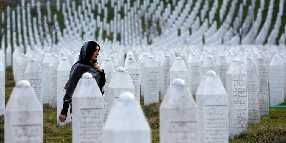 En kvinna går bland gravstenarna i minnesparken i Potocari utanför Srebrenica, staden där drygt 8000 muslimska män och pojkar mördades 1995 av den bosnienserbiska armén.
