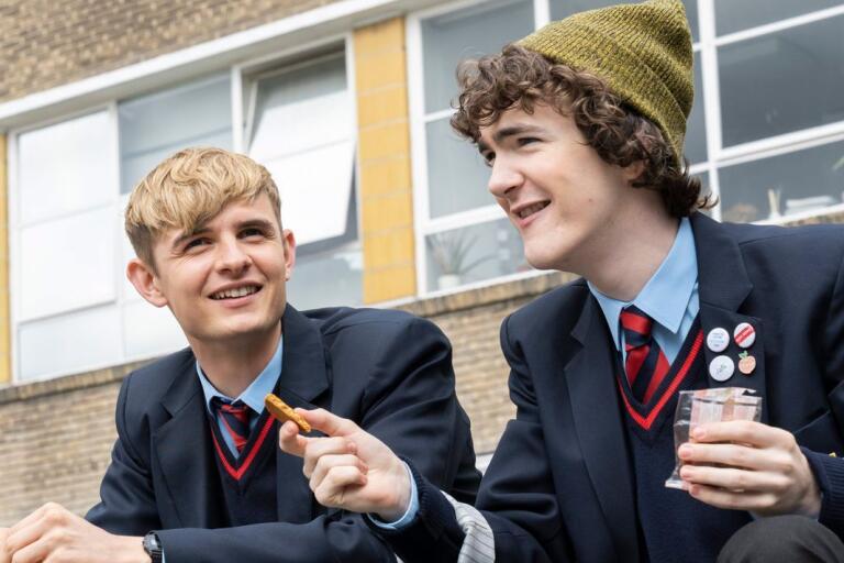 Alex Rider (Otto Farrant) skickas av MI6 till en skola för rika barn för att infiltrera den.