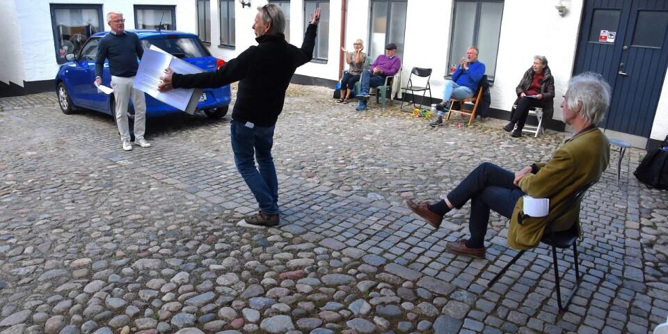 """Bror Tommy Borgström regisserar med hela kroppen, när Eskil Persson repeterar det inledande välkomsttalet. Den övriga ensemblen har också uppgifter under denna del av föreställningen. """"Ord på Väv-Larssons gård"""" har premiär i augusti."""