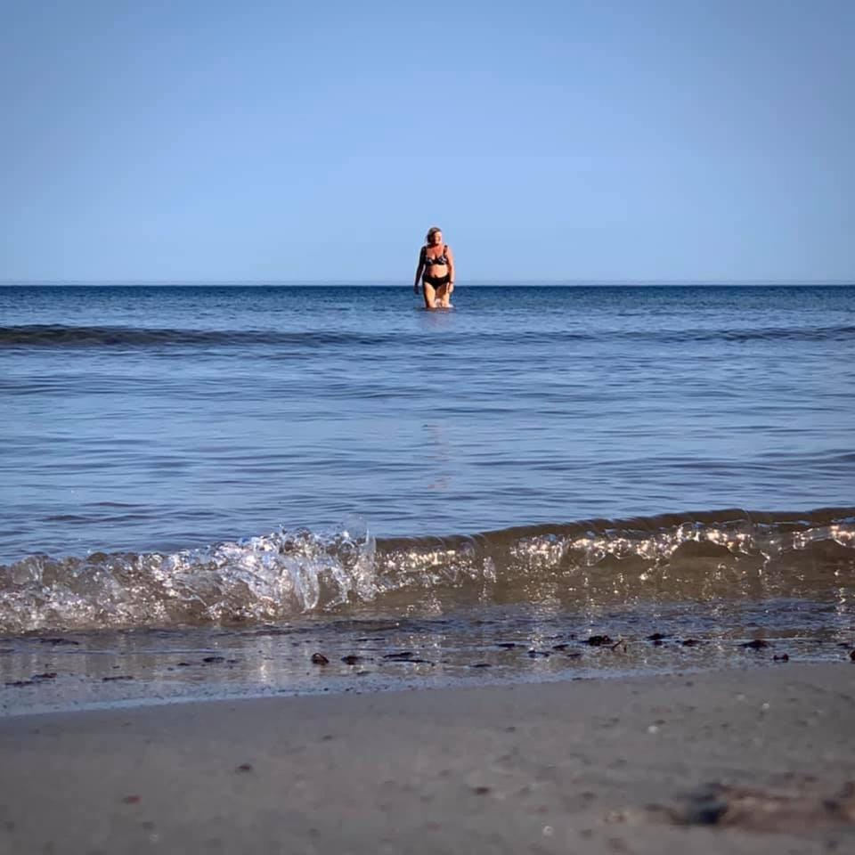 Sabina Sakari rapporterade från Bläsinge på Öland måndagen den 14 september där hon njöt av krispiga 11 grader i vattnet.
