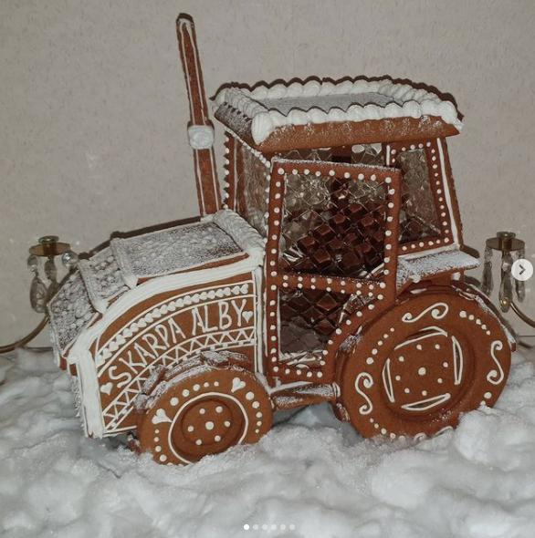 """""""Denna julen fick det bli en traktor! För var jag än i världen är förblir jag alltid en bonnatös ifrån Skarpa Alby"""", skriver konditorn Amy Nilsson på Öland om pepparkaksbygget hon gjort i år."""