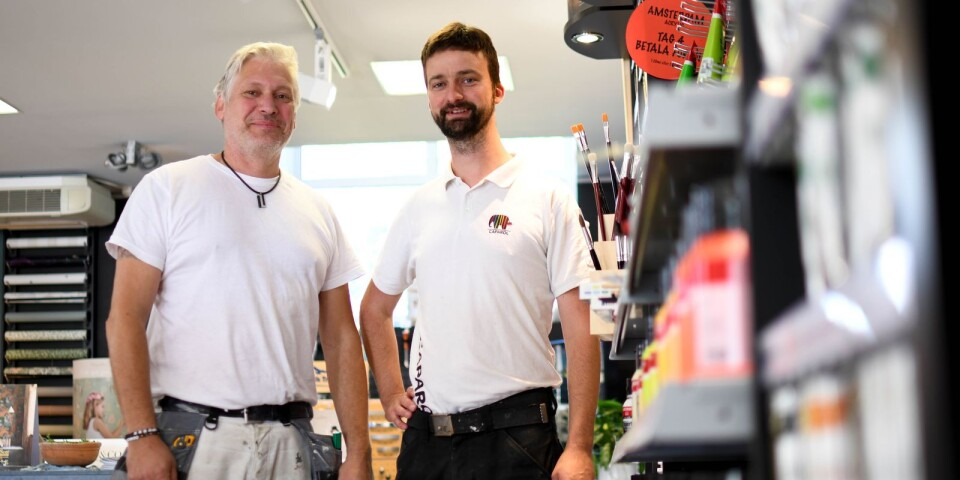 """Glenn Kellerson och Johannes Lancing intill målerifirmans nysatsning - ett helt nytt sortiment av konstnärsmaterial i butiken på Lackgatan. En annan satsning är ombyggnaden av sprutmåleriet. """"Det ligger i tiden att måla om i stället för att kassera och köpa nytt"""", konstaterar Glenn."""