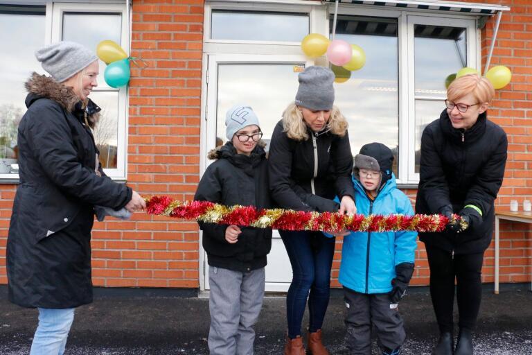 På måndagen invigdes särskolans nya lokaler i Marbäck. Pedagogerna Jennifer Larsson och Annefrid Nielsen tog hjälp av eleverna Danne Andersson och Nils Bäckman för att klippa bandet. Särskolans rektor Eva-Lis Svensson hjälpte också till.