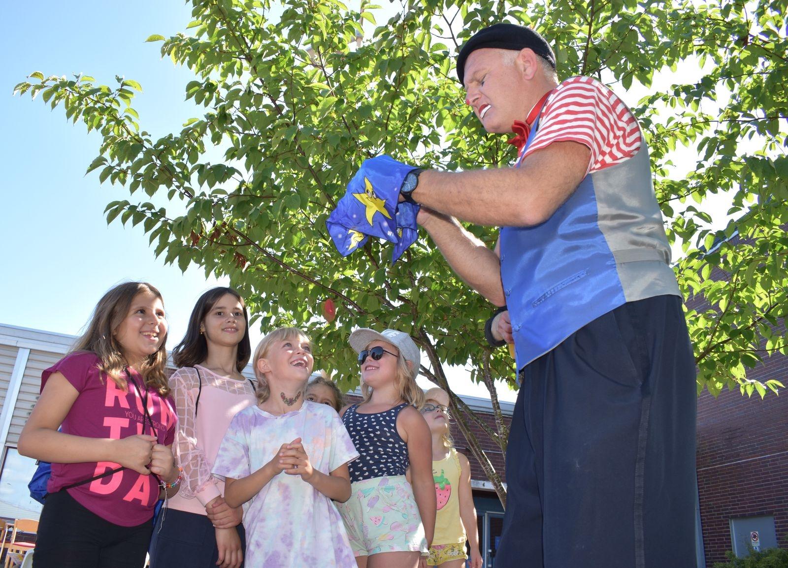 Barnen försöker att lista ut hur trollkarlen Mike får saker och ting att försvinna.