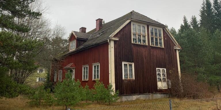 Gamla skolan i fallfärdigt skick – måste säljas genast