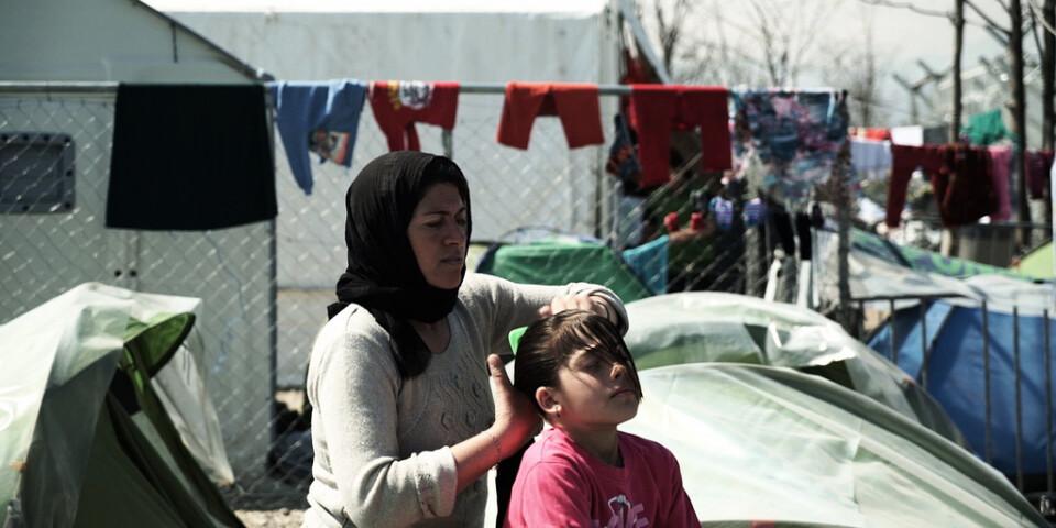 Nadia gör sitt bästa för att hålla sina barn rena i lägret Idomeni, där familjen hamnat sedan de tvingats fly från Irak. Pressbild.