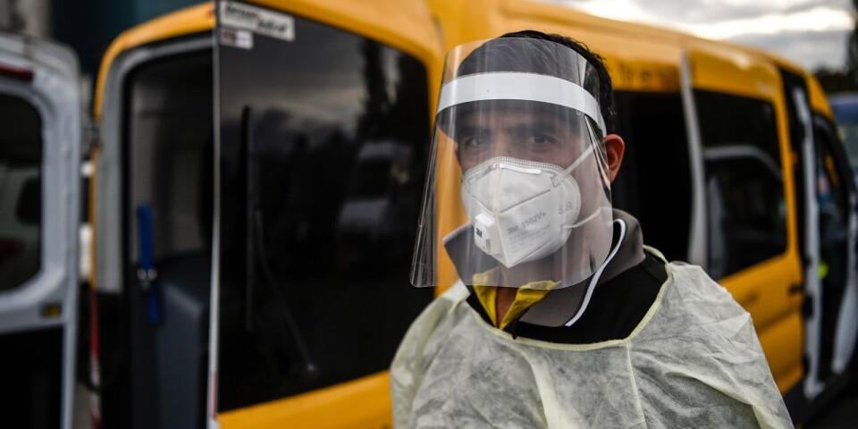 """""""Under min resa med patienten försöker jag alltid hålla distans och erbjuder personen en skyddsmask om den inte har det"""", säger Mohamed Akrim."""