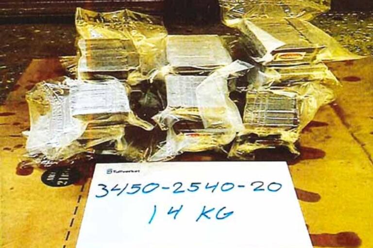 I ett av lönnfacken fann tulltjänstemännen 14 kilogram cannabisharts.