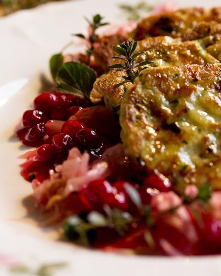 Rårakor med kikärtsmjöl och zucchini serveras med rårörda lingon och lingon-sauerkraut.