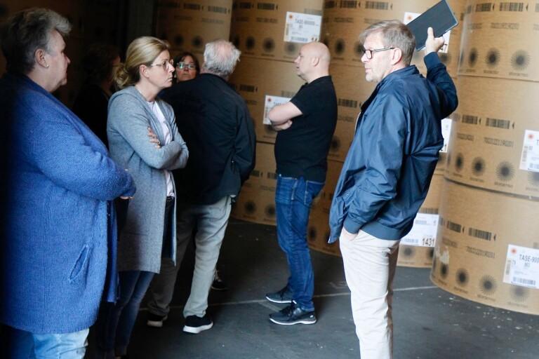 När kultur- och fritidsnämndens ordförande Thomas Nilsson (till höger) visade hangarerna var intresset stort från föreningslivets sida.