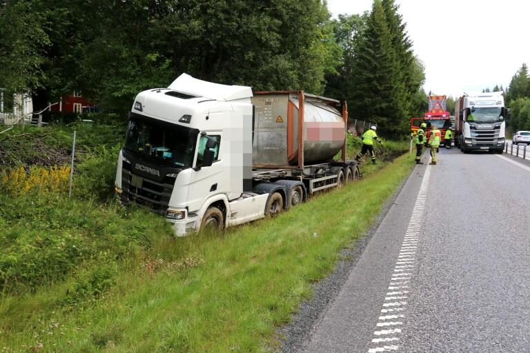 Lastbil i diket på R40 – räddningstjänst på plats