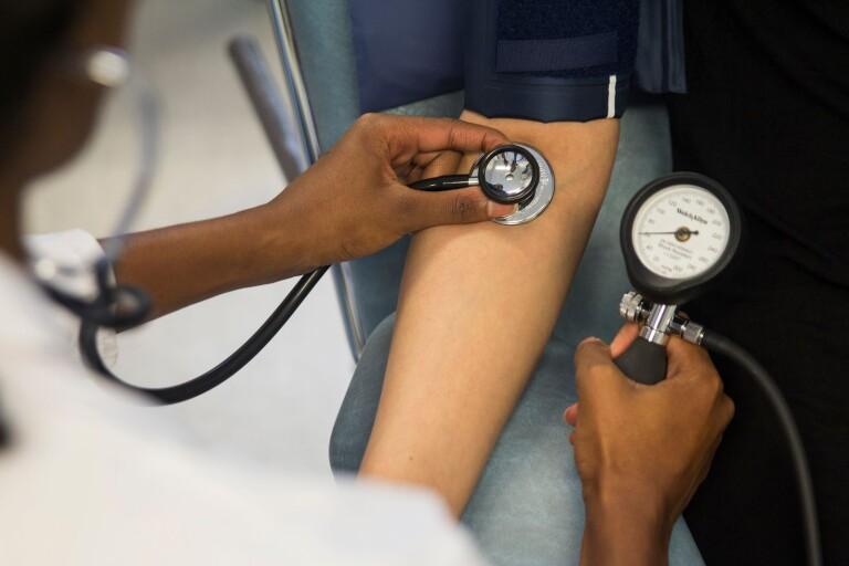 Vårdskulden: De lotsar patienter till annan vårdgivare