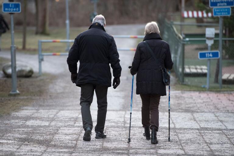 Socialdepartementet: Fel att stoppa anhöriga från att möta äldre utomhus