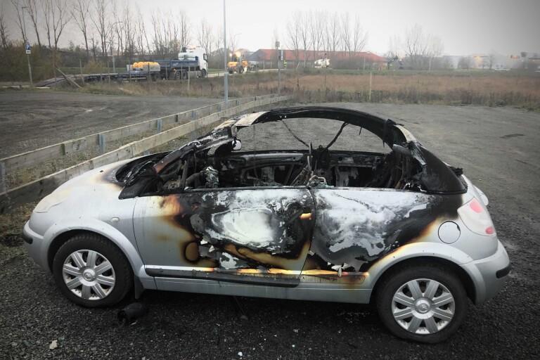 I natt: Klubbstuga nedbrunnen – två fordon satta i brand