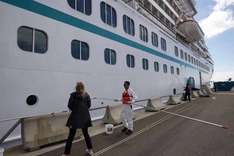 Tvätt av M/S Artania när den ligger i Trelleborgs hamn.