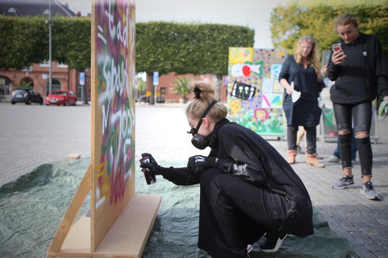 Elever från Vellinge fick testa på att spraya graffiti på Stortorget.