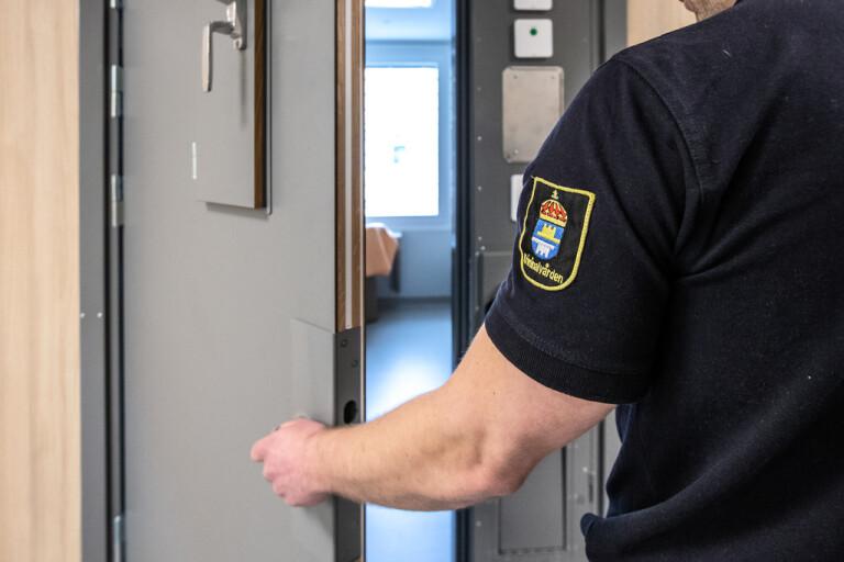 Skarp kritik mot förvarstagna på häkte