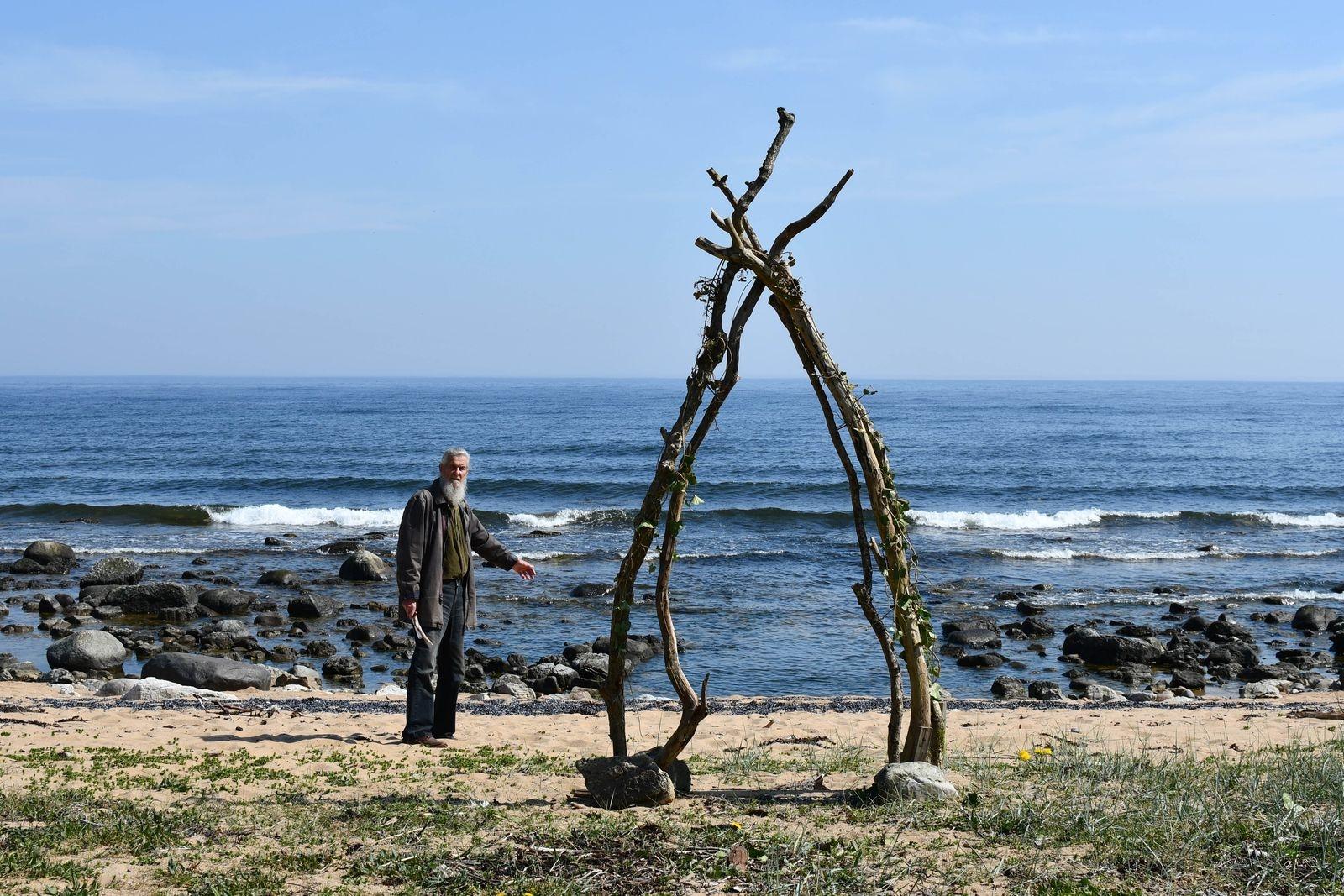 """""""Det här är en plats att stanna till på och bara vara, vi behöver inga stora monument för att leva"""" säger Rolf Ahlberg som deltar i Art walk med """"Portal till varat""""."""