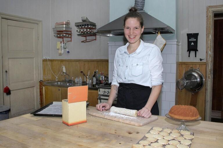 Karolina Tégélaar provbakar så gott som dagligen hemma i Fåglavik.