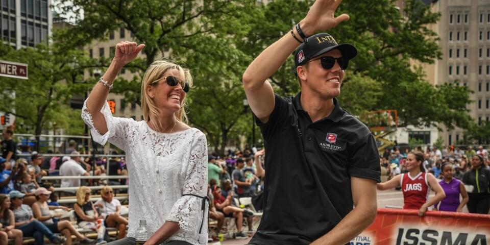 Pernilla och Oliver på triumffärd på gatorna genom Indianapolis...