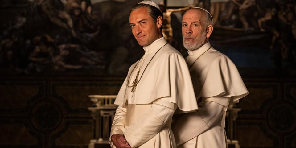 """Jude Law och John Malkovich i """"The new pope"""". Pressbild."""