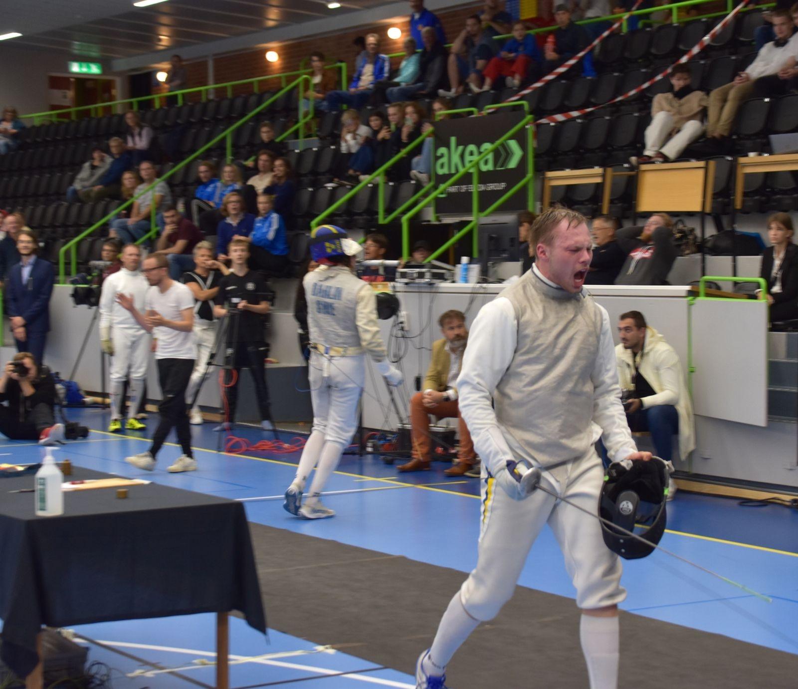 Sebastian Persson kunde äntligen vråla ut sin glädje efter att ha vunnit en tuff match.