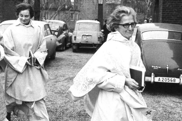 Först efter ett beslut 1958 fick Sverige sina första kvinnliga präster, Elisabeth Djurle Olander, Ingrid Persson och Margit Sahlin. På bilden ses den sistnämnda.