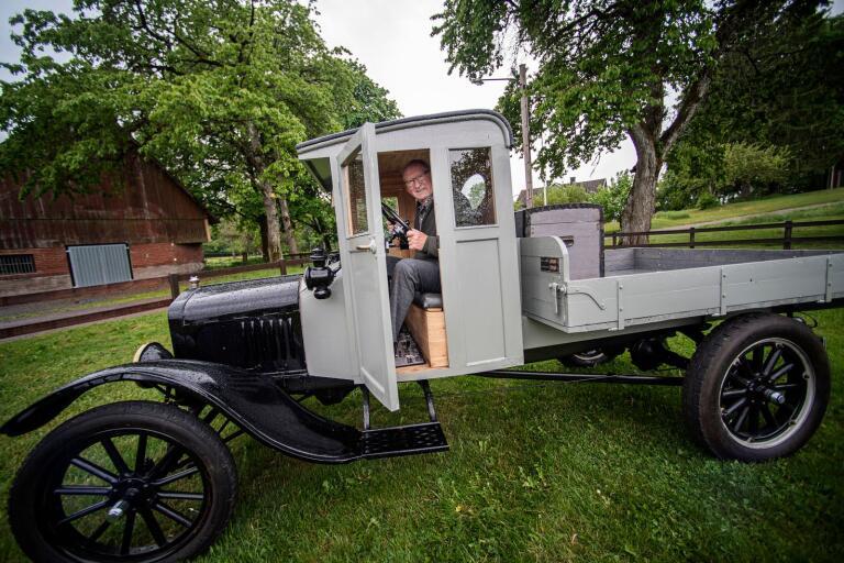 Tjusningen med att äga en gammal bil är att bevara den gamla tekniken tycker Kurt Lindström som köpte lastbil Ford-TT på 1960-talet.