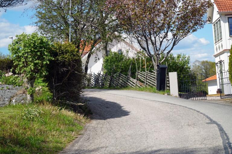 Trädgårdsvägen i Örby är smal med delvis dålig sikt.