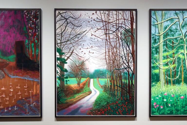 Tre oljemålningar av David Hockney från East Yorkshire. Den till vänster är vårens ankomst. De andra är från vintern.