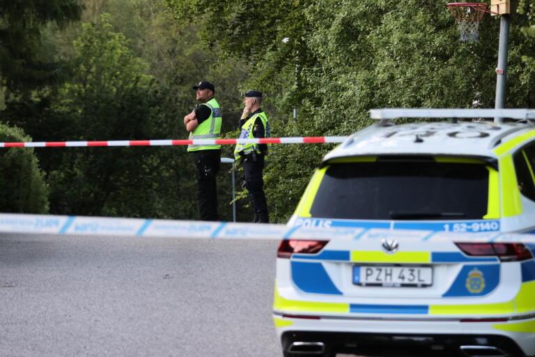 Polisens avspärrning på tisdagskvällen vid platsen där ett ultralätt flygplan störtade utanför Borås. Två män omkom i olyckan.
