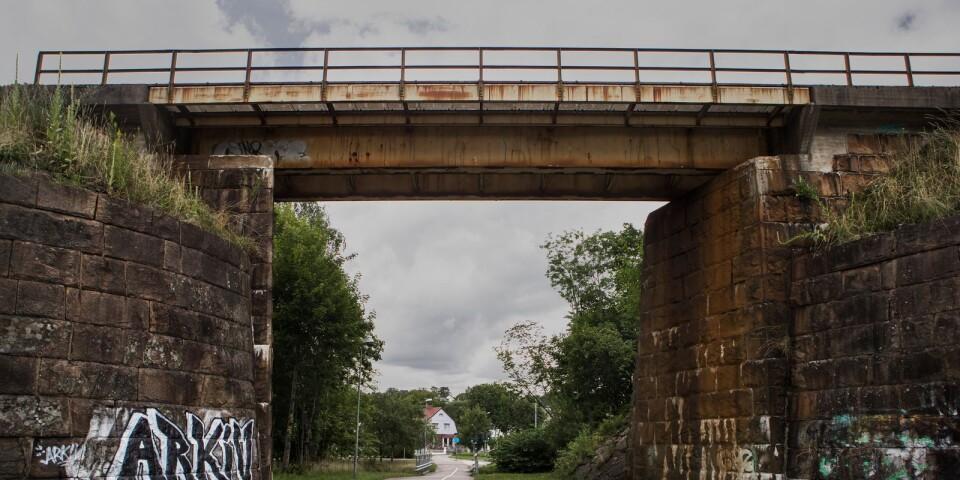 Det rasar sten från tågviadukten vid hedvigsborg.