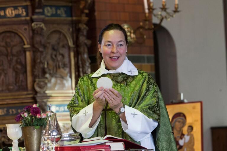 Maria Kroon, kyrkoherde i Anderslövs församling, försöker hålla kontakt så gott de går med de äldre i församlingen.