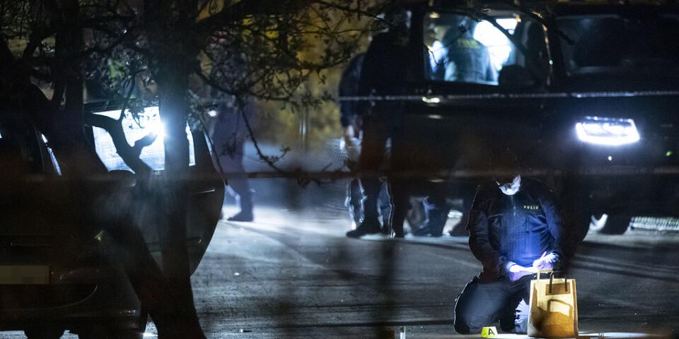 Polisens kriminaltekniker undersöker en bil i det avspärrade området i Helsingborg.