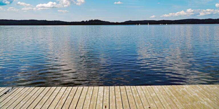 """Iläggningsbryggan vid Mos strand behöver renoveras. """"Många lägger i sina båtar där så det är viktigt att den är ordentlig"""", säger nämndordförande Birgitta Andersson (S)."""