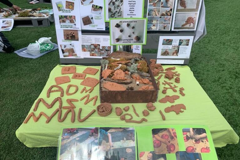 Av lera kan man göra mycket. Det visade den installation som förskolebarnen gjort i ordning utanför kulturhuset.